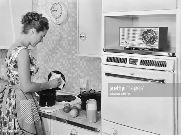 Hausfrau bei der Arbeit in der Küche mit Musikbegleitung1959