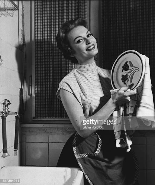 Hausfrau beim Abtrocknen eines Tellers 1955