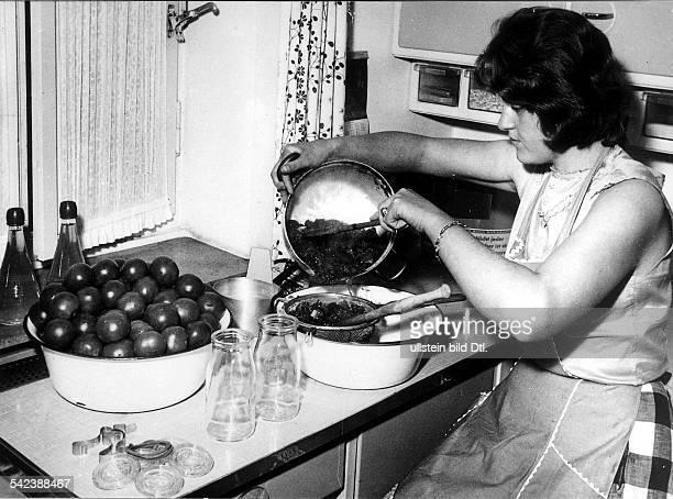 Hausfrau beim Einwecken1959