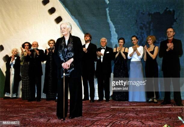 Hausfrau Mutter Trägerin Bundesverdienstkreuz D Vorbild für die Rolle der Aimee in dem Film 'Aimee und Jaguar' Filmpremiere auf der Berlinale im vlnr...