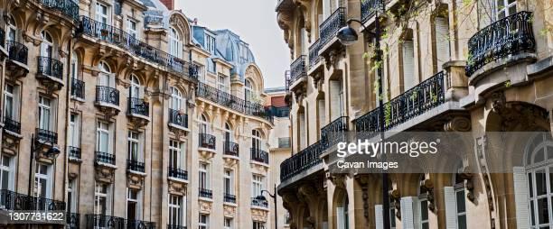 haussmann style apartment houses in paris - paris france stock pictures, royalty-free photos & images