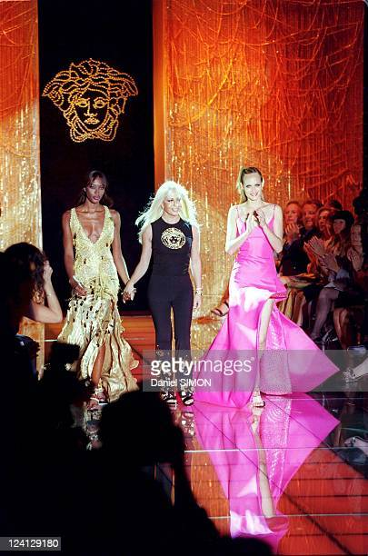 Haute Couture fall winter 1999 2000 Fashion show In Paris France On July 15 1999 Versace Naomi Campbell Donatella and Amber Valetta