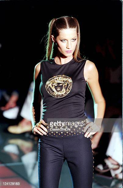 Haute Couture fall winter 1999 2000 Fashion show In Paris France On July 15 1999 Versace Gisele Bundchen