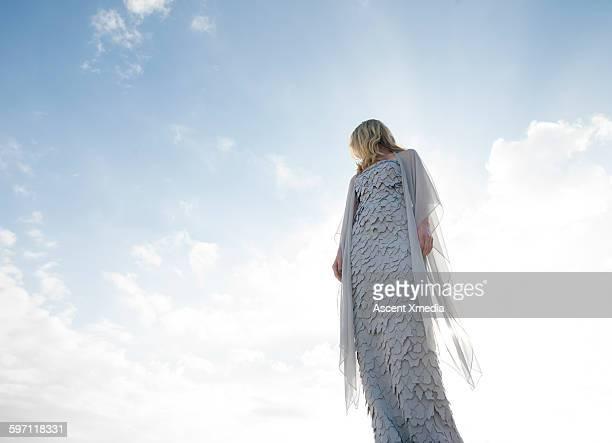 haute couture model looks off into lofty sky - alta costura - fotografias e filmes do acervo