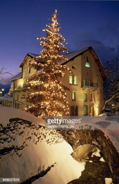 Megeve. Tourist office and a lit Christmas tree. Haute-Savoie: Megève, office du tourisme et le sapin illuminé.