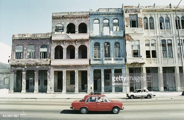 Havanna : verfallene Häuser an der einstigen Prachtstraße Malecón. Die ehemaligen Kolonnadenvillen säumen als Relikte kolonialer Architektur die...