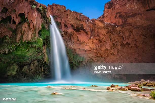 havasu falls in arizona falling into blue green waters below - rocha vermelha imagens e fotografias de stock
