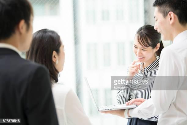 片方の手でコンピューターの男と会話します。 - 後ろで束ねた髪 ストックフォトと画像