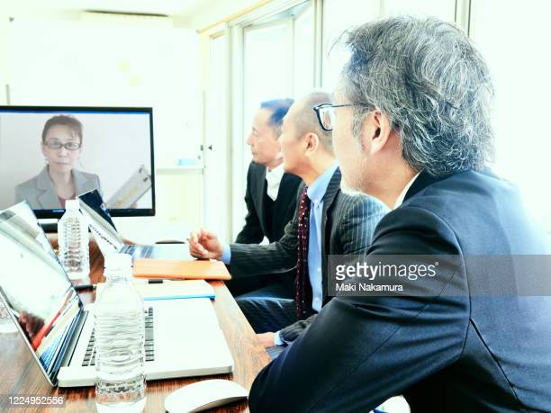 have a meeting using online. - leanincollection ストックフォトと画像
