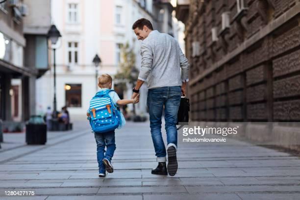 auf dem weg zur schule plaudern - gemeinsam gehen stock-fotos und bilder