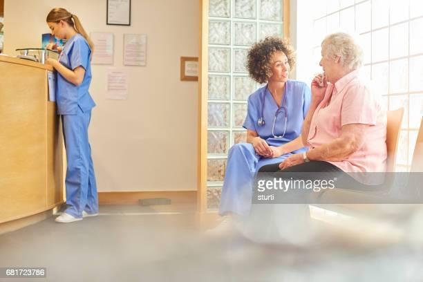 Een praatje met één van haar patiënten