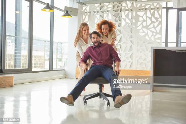 Spaß während der Pause im Büro
