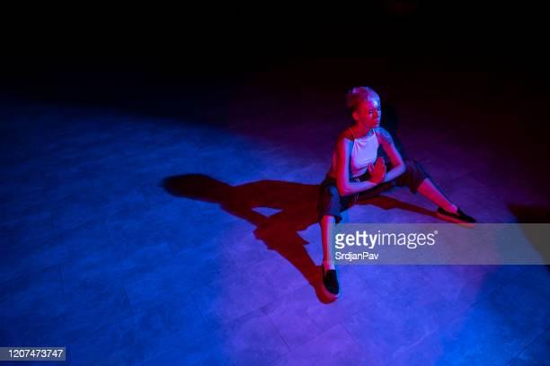 avoir un moment de silence avant le grand événement ce soir - performing arts event photos et images de collection