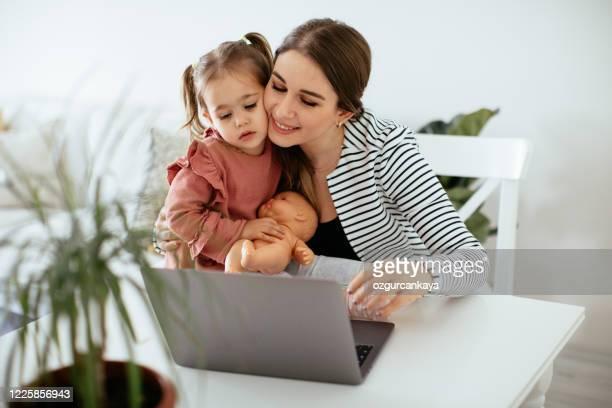 einen produktiven tag - mother daughter webcam stock-fotos und bilder