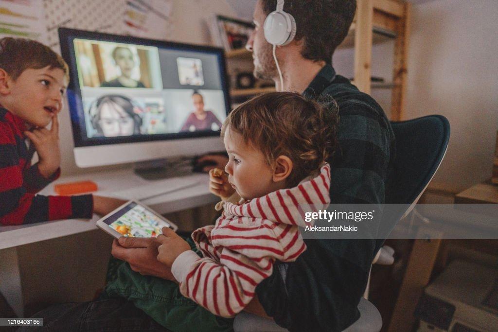 Een videoconferentiegesprek vanuit huis voeren : Stockfoto