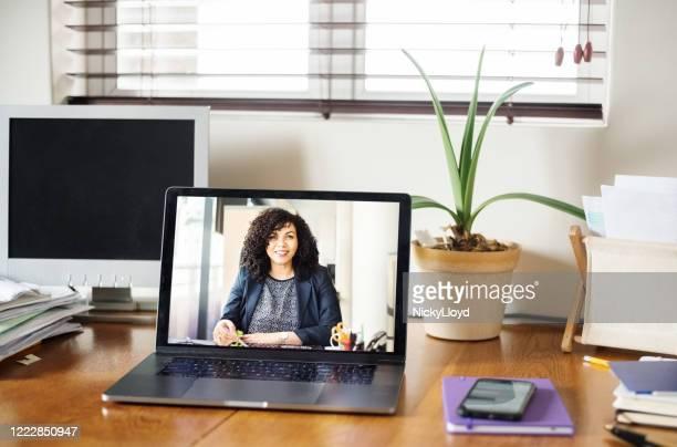 ein virtuelles meeting - befragung stock-fotos und bilder