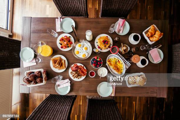 Frühstück mit Eiern, Speck, Joghurt mit frischen Früchten