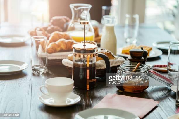frühstücken mit frischen tasse kaffee - frühstück stock-fotos und bilder