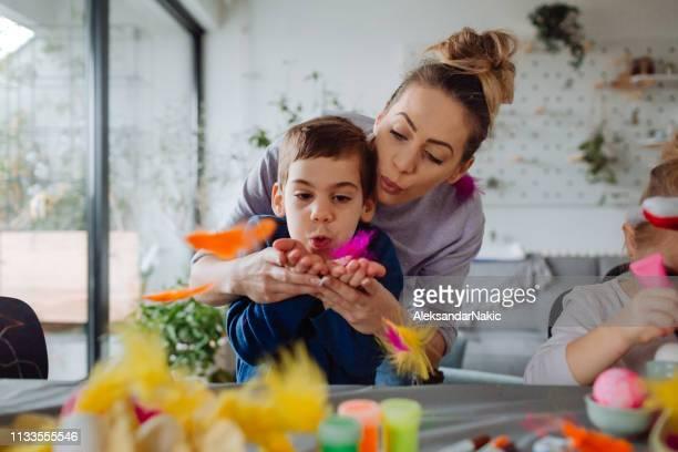 イースターの準備中に楽しんで - happy easter mom ストックフォトと画像