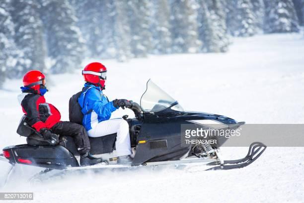diversão no inverno - snowmobiling - fotografias e filmes do acervo