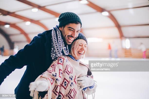 divirtiéndose en hielo - patinar fotografías e imágenes de stock