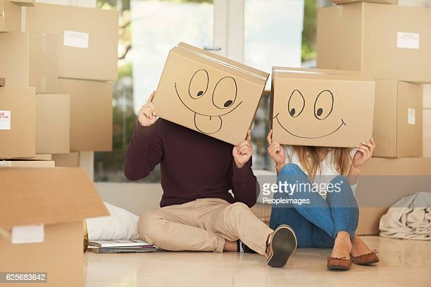having fun on moving day - demenagement humour photos et images de collection
