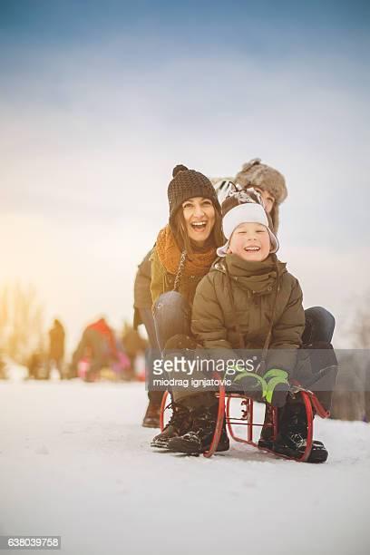 spaß auf schnee - schlitten stock-fotos und bilder
