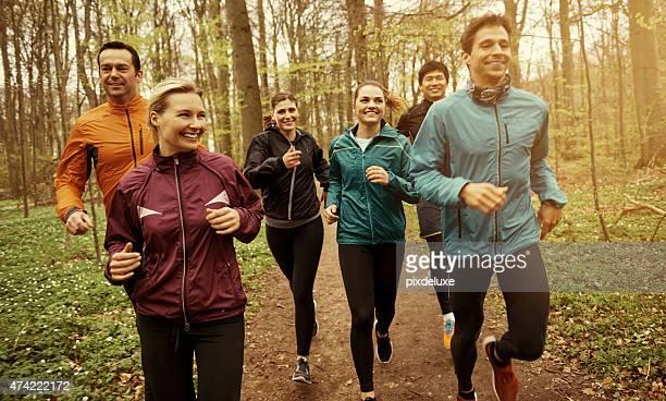 spaß haben, während sie sich fit - public park stock-fotos und bilder