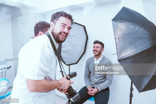 having fun while teeth photo session - modelo vivo imagens e fotografias de stock