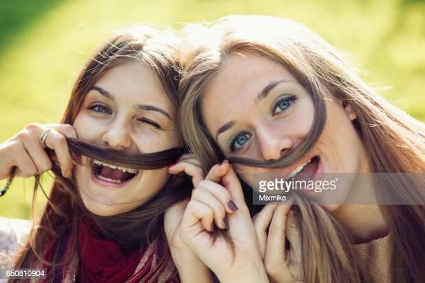 divertirse con un amigo - postureo fotografías e imágenes de stock