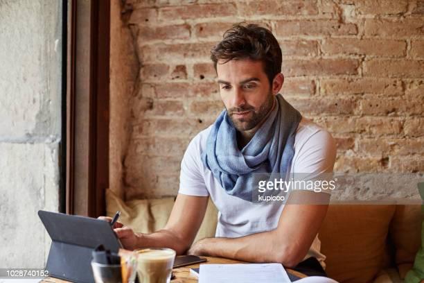 カフェでいくつかのオンラインの時間を過ごしてください。