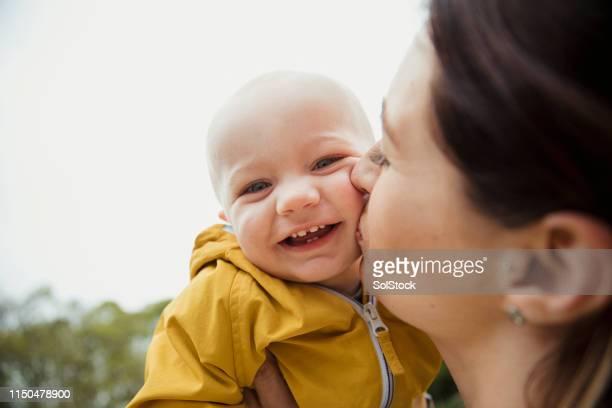 na de beste dag met mama - alleenstaande moeder stockfoto's en -beelden