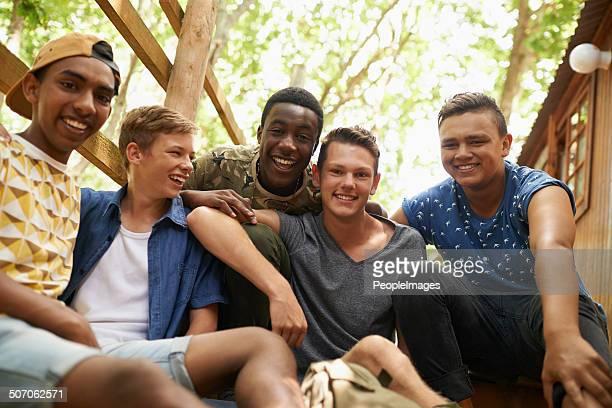 com o melhor tempo com os seus amigos - só meninos adolescentes imagens e fotografias de stock
