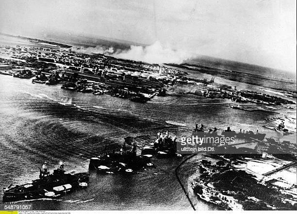 USA Hawaii Attack on Pearl Harbor by the Imperial Japanese Navy on December 7 1941 Bird's eye view of Pear Harbour after the air raid in front...