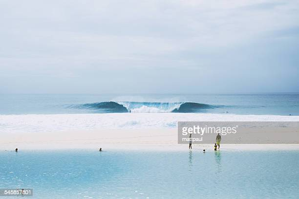hawaii, banzai pipeline, perfectly shaped wave by sandy beach - banzai pipeline stock photos and pictures