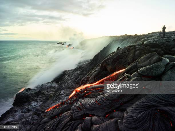 hawaii, big island, hawai'i volcanoes national park, lava flowing into pacific ocean, photographer - vulkan stock-fotos und bilder