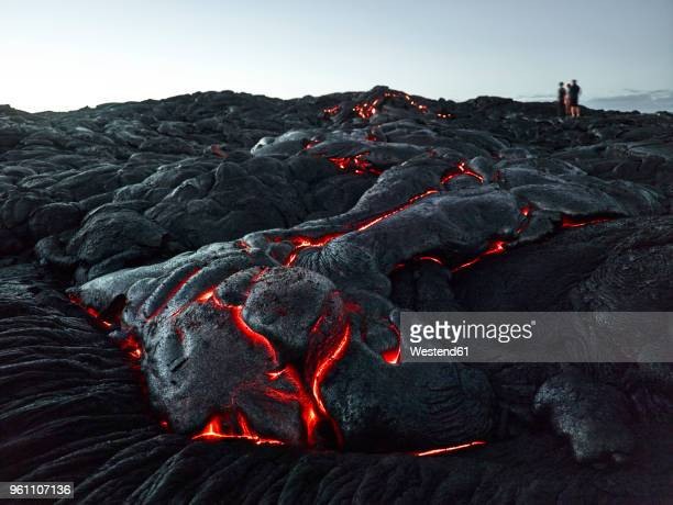 hawaii, big island, hawai'i volcanoes national park, tourists standing on lava field - vulkan stock-fotos und bilder