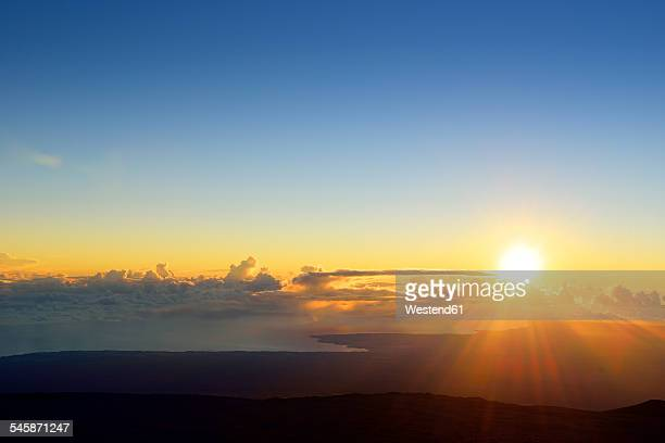 usa, hawaii, big island, mauna kea, sunrise over hilo - zonsopgang stockfoto's en -beelden