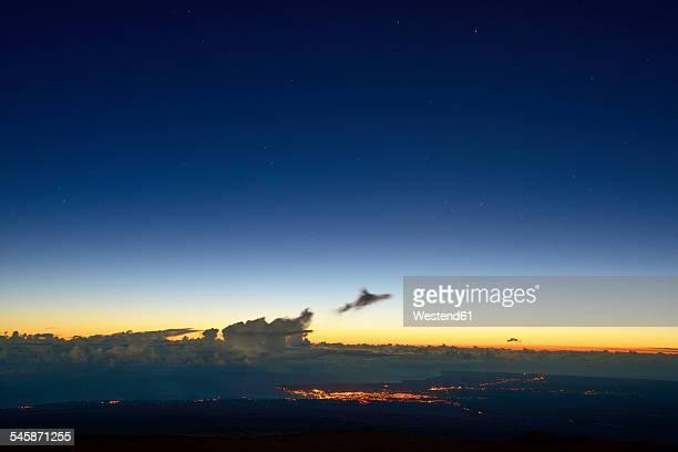 USA, Hawaii, Big Island, Mauna Kea, view to Hilo at morning twilight
