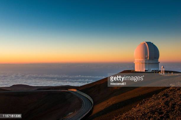 usa, hawaii, big island, observatory on mauna kea volcano at sunset - hawaii islands stock pictures, royalty-free photos & images