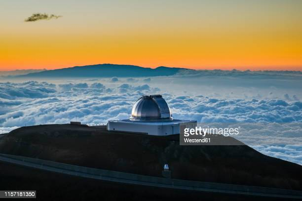 usa, hawaii, big island, observatory on mauna kea volcano at sunset - observatorium stock-fotos und bilder