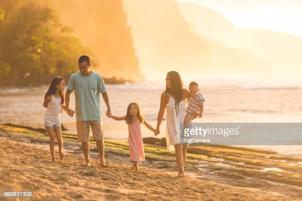 Vacaciones en familia en la playa de Hawaii
