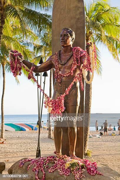 usa, hawaii, honolulu, statue of duke paoa kahinu mokoe hulikohola kahanamoku on waikiki beach - media_in_honolulu,_hawaii stock pictures, royalty-free photos & images