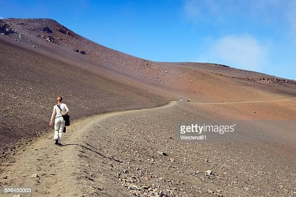 usa, hawaii, maui, haleakala, woman hiking in the volcanic crater - parco nazionale foto e immagini stock