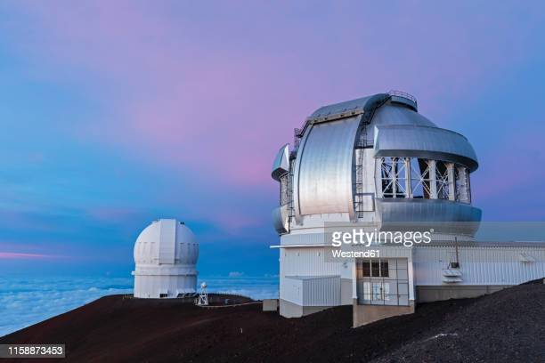 usa, hawaii, mauna kea volcano, telescopes at mauna kea observatories at sunset - observatory stock pictures, royalty-free photos & images