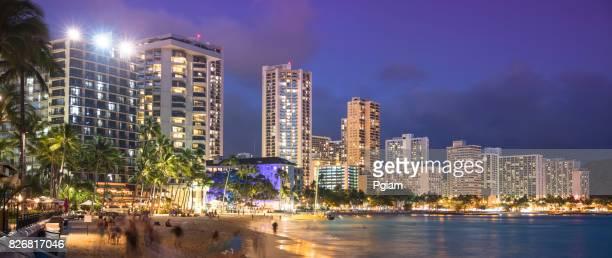 アメリカ、ハワイ、オアフ島、ワイキキ ・ ビーチのパノラマ、夜 - ワイキキビーチ ストックフォトと画像