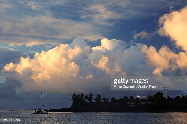 hawaii, oahu, waimea bay, a moody evening with puffy clouds. - waimea bay - fotografias e filmes do acervo