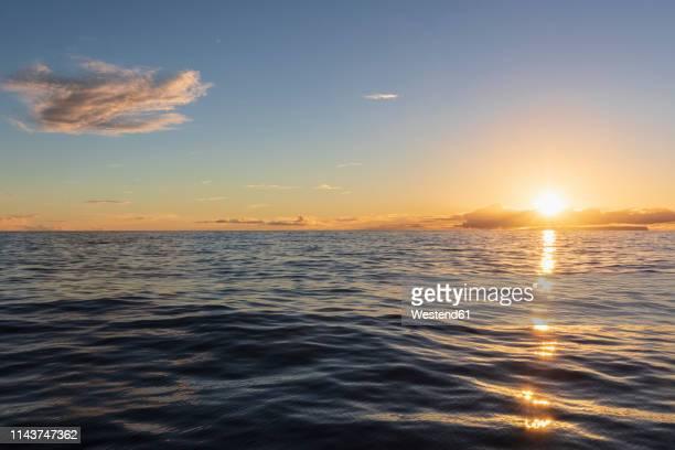 usa, hawaii, pacific ocean, island ni'ihau at sunset - hawaii inselgruppe stock-fotos und bilder