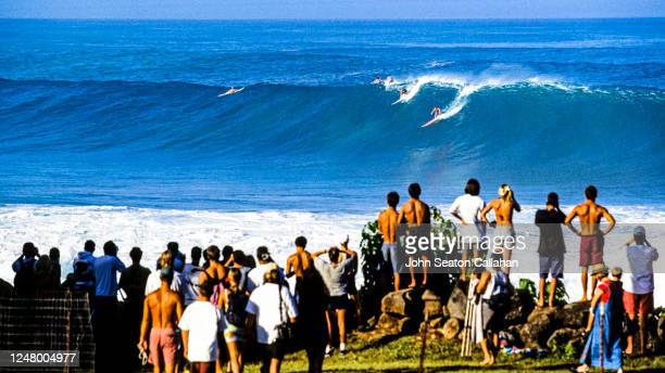 usa, hawaii, surfing at waimea bay - waimea bay stock pictures, royalty-free photos & images