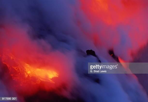 USA, Hawaii, Volcanoes Nat. Park, lava flowing into ocean at night